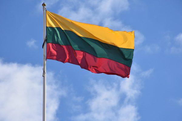 Lietuviai ruošiasi Vasario 16-ąjai – tautinę atributiką perka ir sau, ir draugams