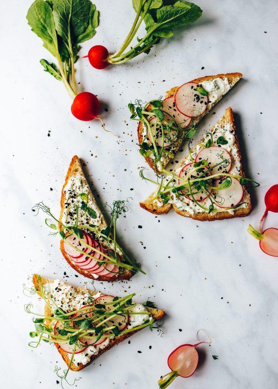 """Maisto tinklaraščio """"Ant medinės lentelės"""" autorė ragina valgyti daugiau daržovių ir dalijasi pavasarišku receptu"""