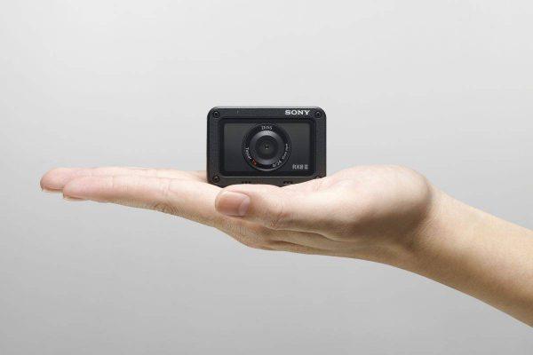 """""""Sony"""" pristato itin kompaktišką kamerą """"RX0 II"""", kuri yra mažiausia ir lengviausia savo klasėje pasaulyje"""