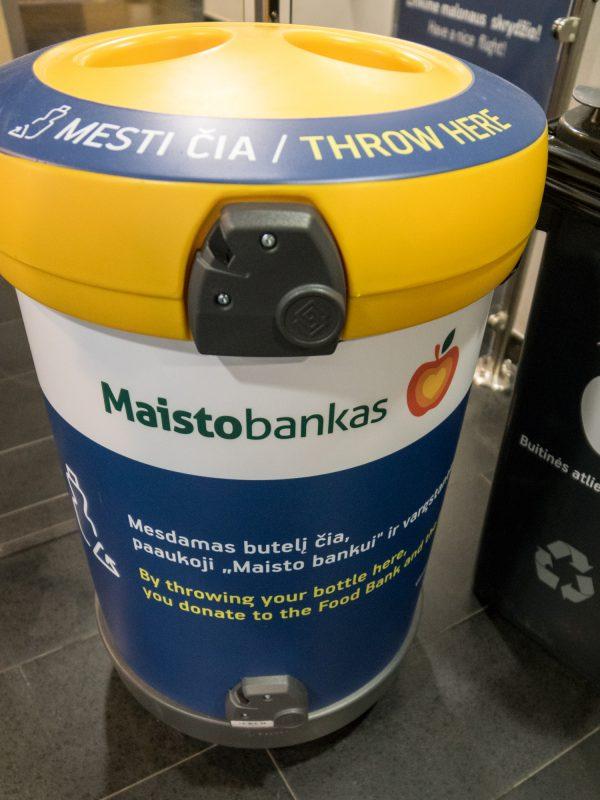 """Vilniaus oro uosto keleivių paliktos gėrybės atitenka """"Maisto bankui"""": nuo higienos priemonių iki konservų"""
