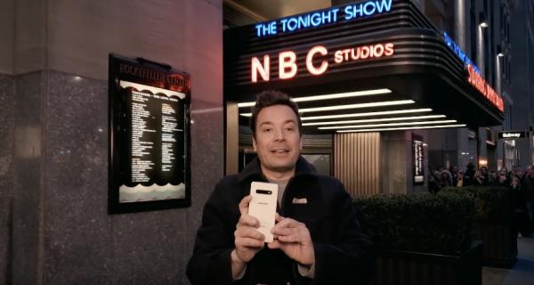 Komikas Jimmy Fallon specialią savo šou seriją nufilmavo tik mobiliuoju telefonu