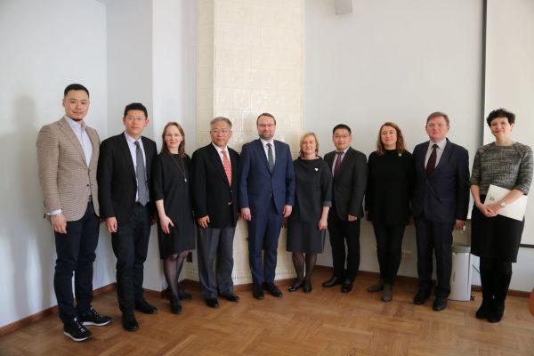 Kultūros ministras su delegacija iš Kinijos aptarė pasiruošimą Šanchajaus tarptautiniam menų festivaliui