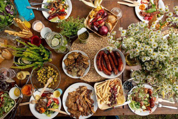 Tyrimas: maisto gaminimas virš žarijų leidžia neskubant pabūti drauge