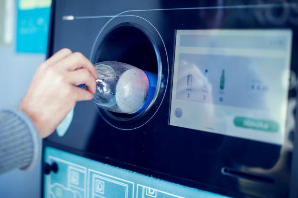 Atliekų tvarkymo sektorius perspėja dėl siūlymų plėsti užstato sistemą: vartotojai turės susimokėti du kartus