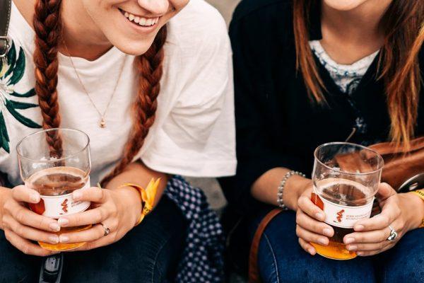 """Aludariai darosi vis """"žalesni"""": festivalyje naudoja daugkartines taures"""