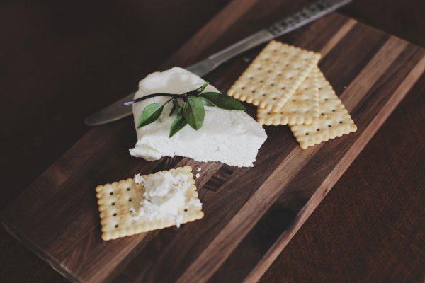 Dilema: rinktis liesesnį ar riebesnį varškės sūrį? Pataria mitybos ekspertė