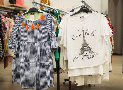 Į dėvėtų drabužių parduotuves traukia ne tik dėl kainos: svarbu ir stiliaus atradimai, ir ekologija