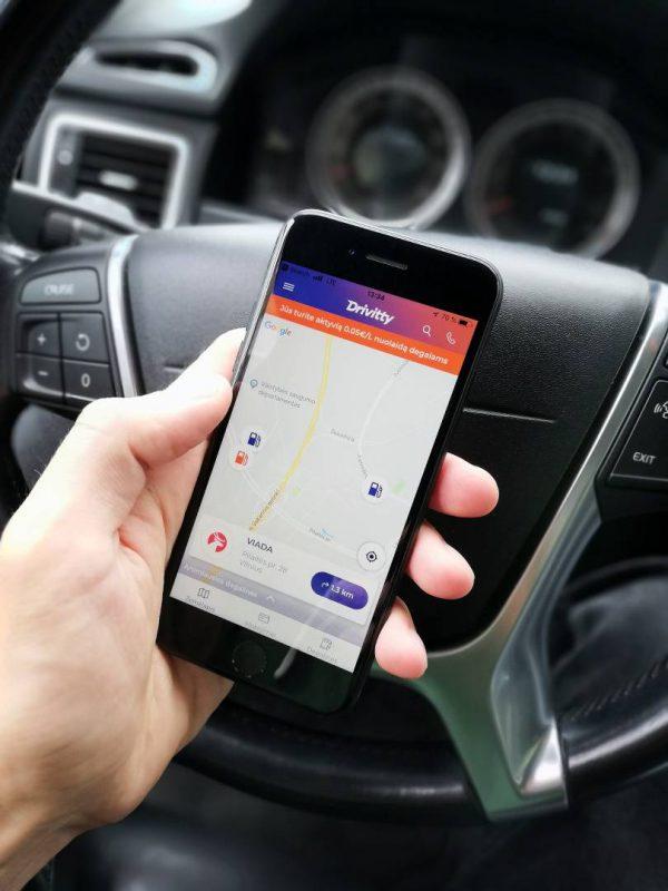 Lietuviai keičia įpročius: degalinėse pradeda mokėti telefonu