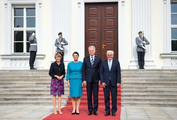 D.Nausėdienė ir Vokietijos prezidento žmona Elke Buedenbender kalbėjosi apie projektus, kuriais gali būti mažinama socialinė atskirtis