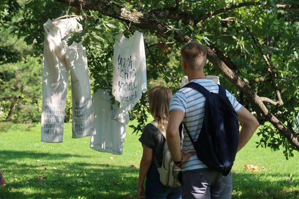 """""""Eko meet up"""" metu Vilniečiai sukūrė meninę instaliaciją iš dėvėtų drabužių"""
