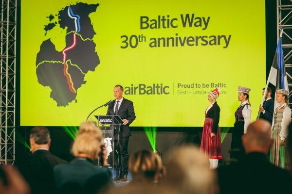 """""""airBaltic"""" specialia dovana pagerbė Baltijos kelio 30-metį"""