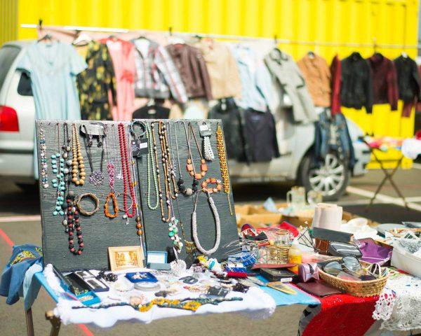 Bagažinių turgus traukia lietuvius: ieško vaikystės žaislų, o grįžta įsigiję aksesuarų
