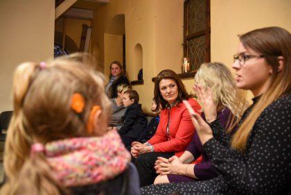 Pirmoji ponia susitiko su klausos negalią turinčiais vaikais ir jų tėvais