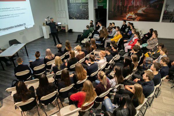 Seimo lankytojų centras griauna mitą: moksleiviams reikia ne tik planšečių ar mobiliųjų telefonų