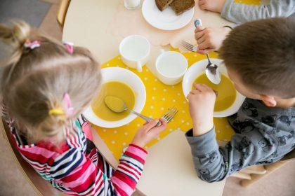 Sergant vaikui, už maistą darželiuose mokėti nebereiks nuo pirmos dienos