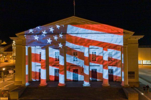 Vilniaus palaikymo žinutė amerikiečiams – ant Rotušės sušvito JAV vėliava