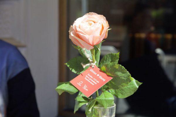 Vilniaus dovana Kaunui 612-ojo gimtadienio proga – 612 bijūnų žiedų lauko staliukam