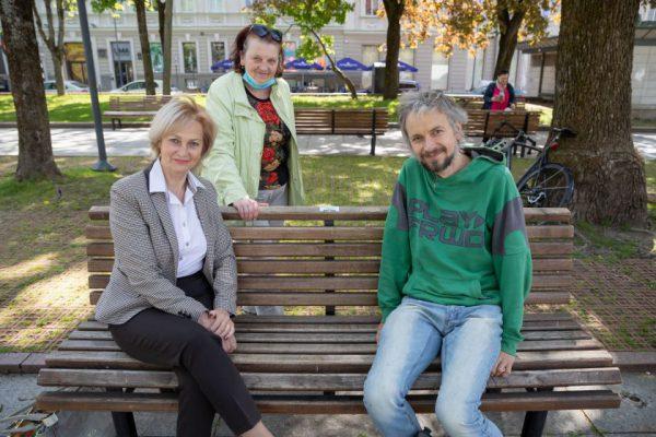 Vilnius siūlo vardinius suolelius – pirmąjį papuošė lentelė sergantiems išsėtine skleroze