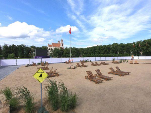 """Vilniaus centre atidarytas dirbtinis paplūdimys """"Open Beach"""""""
