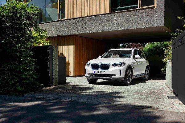 """Pasauliui oficialiai pristatytas elektrinis """"BMW iX3"""" visureigis"""