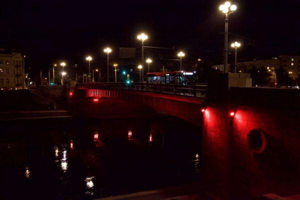 Vilnius palaiko Beirutą: Libano vėliavos spalva nušviesti Vilniaustiltai
