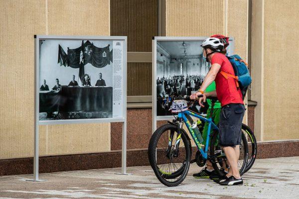 Atvertame Seimo Didžiajame kieme įgarsintos fotografijos pasakoja apie Steigiamąjį Seimą