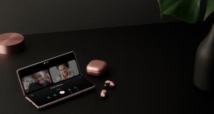 """Sulenkiamą """"Galaxy Z Fold2"""" išmanųjį telefoną jau galima įsigyti Lietuvos parduotuvėse"""