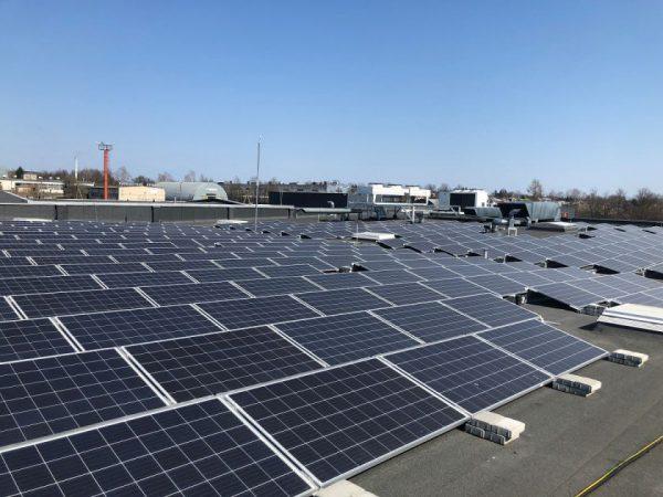"""Ant """"Maximos"""" stogo pradėjo veikti nauja saulės energijos jėgainė"""