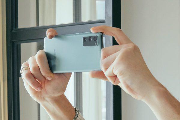 """""""Galaxy S20 FE"""" – tikrų """"Samsung"""" fanų telefonas jau Lietuvos parduotuvėse"""