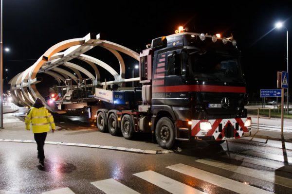 Jonavą pasiekė naujojo pėsčiųjų tilto konstrukcijos