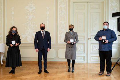 Trims kultūros ir meno atstovams įteikti aukščiausi Kultūros ministerijos apdovanojimai (papildyta nauja, priešpaskutine, pastraipa)