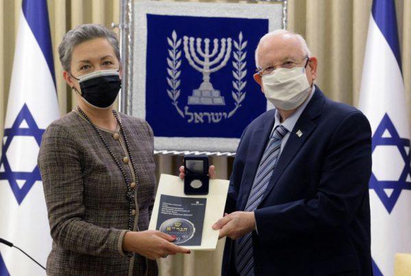 Prezidento vardu Izraelio vadovui įteikta Vilniaus Gaono moneta