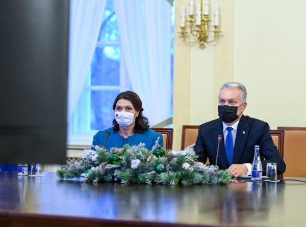 Prezidentas globos namuose gyvenantiems senoliams: netrukus vakcina išlaisvins Jus iš nerimo