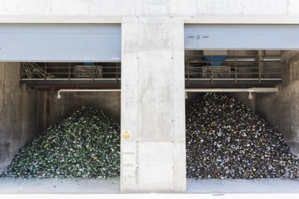 Gyventojų grąžinama stiklo tara ir toliau keliaus į Kauną bei Panevėžį, o aliuminio skardinės – į Vokietiją