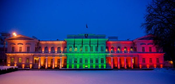 Prezidentas uždegė languose atminimo, vienybės ir pergalės žvakes