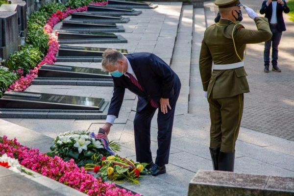 """JAV valstybės sekretoriaus pavaduotojas Biegunas: """"Man buvo garbė padėti vainiką ant Sausio 13-osios didvyrių kapų"""""""