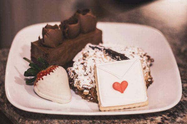 Meilės dieną lietuviai romantikos nestokoja: dovanoms – ir gėlės, ir saldumynai