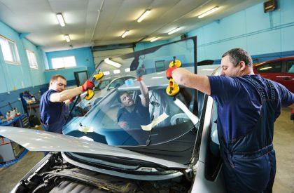 Automobilio stiklų tvarkymas: pačiam ar su specialistais?