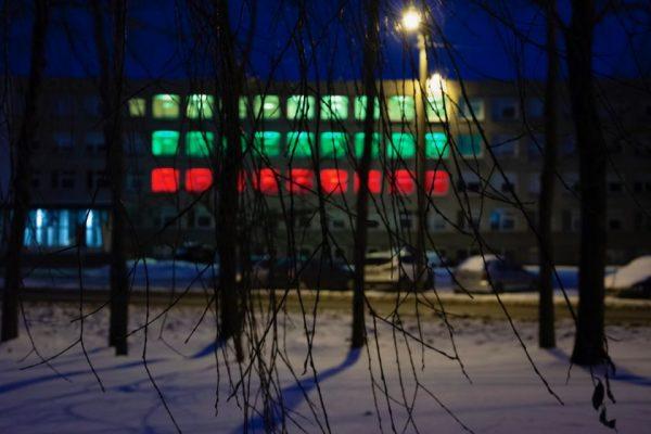 Klaipėdos valstybinės kolegijos pastatas nusidažė vėliavos spalvomis