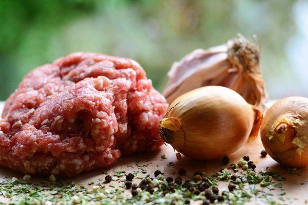 Smulkinta mėsa Lietuvoje populiarumu nenusileidžia šviežiai: kaip išsirinkti ir į ką atkreipti dėmesį?
