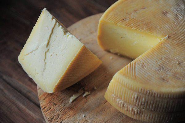 Netikėti faktai apie sūrį: kodėl jis laikomas urvuose ir ar jį tikrai mėgsta pelės?