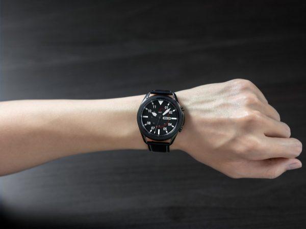 """Naujos """"Samsung"""" išmaniųjų laikrodžių funkcijos leis dar išsamiau sekti sveikatos rodiklius ir pastebėti pokyčius"""