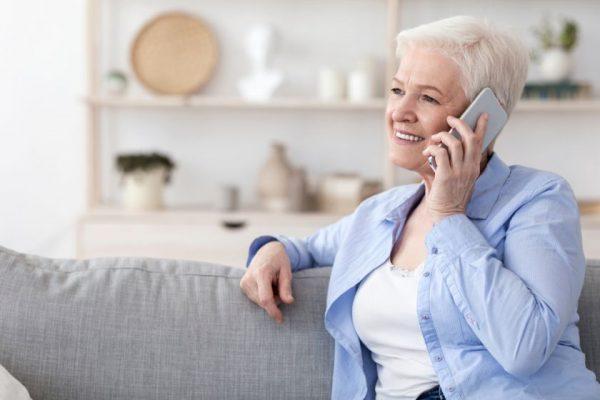 Išmanusis telefonas senjorams – kuo gali būti naudingas ir kokį rinktis?