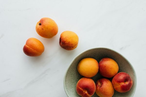 Persikai ar nektarinai: kokia giminystė juos sieja ir kuris iš jų naudingesnis