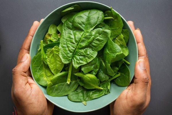 Daržovių karaliais vadinami špinatai: vitaminų gausa ir špinatais įdarytų makaronų receptais