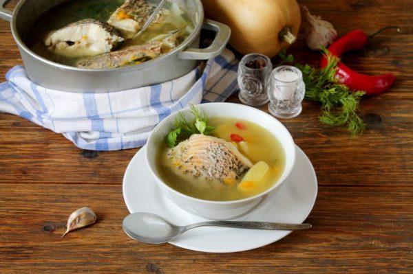 Ant laužo virta žuvienė – rimta konkurentė ant grilio keptai mėsai: tobulą patiekalo skonį atskleis kelios gudrybės