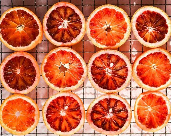 Grilio sezonui įsibėgėjant: maisto ekspertė siūlo pasilepinti ant grotelių keptais vaisiais