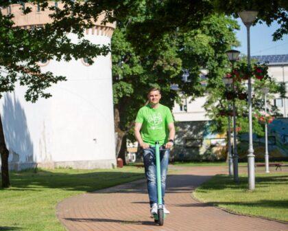 """Elektriniai """"Bolt"""" paspirtukai jau rieda žaliausiu miestu Lietuvoje norinčioje tapti Tauragėje"""