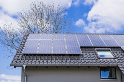 Įsirengti saulės elektrinę vilnietį paskatino 3 priežastys: kodėl verta gaminti elektrą pačiam?