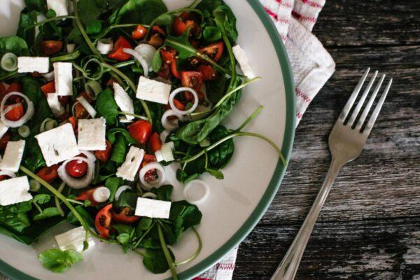 Klasikinių graikiškų salotų variacijos: nuo lašišos iki kruopų